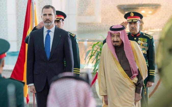 El rey saudí Salman bin Abdelaziz (d) junto a Felipe VI.
