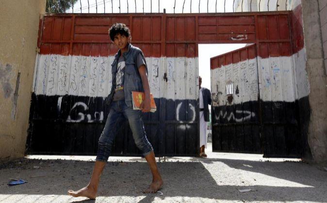 Un estudiante sale del colegio tras una clase en Saná, Yemen.
