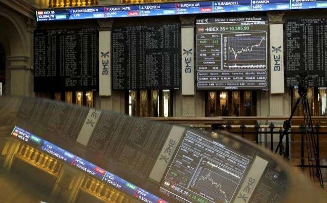 Panel del Ibex 35 en el interior de la Bolsa de Madrid.