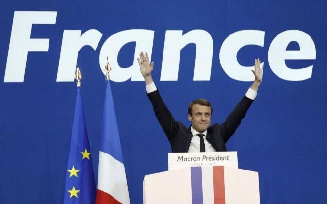 Emmanuel Macron, junto a las banderas de Francia y de la UE, celebra...