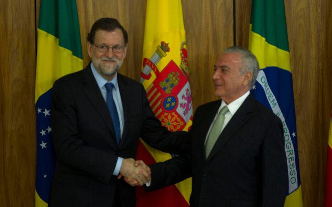 El presidente español, Mariano Rajoy, junto a su homólogo...