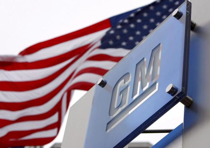Foto bandera de EEUU en la sede de General Motors en Detroit, Michigan...