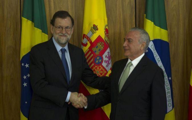 El presidente de Brasil, Michel Temer (d), estrecha la mano del...