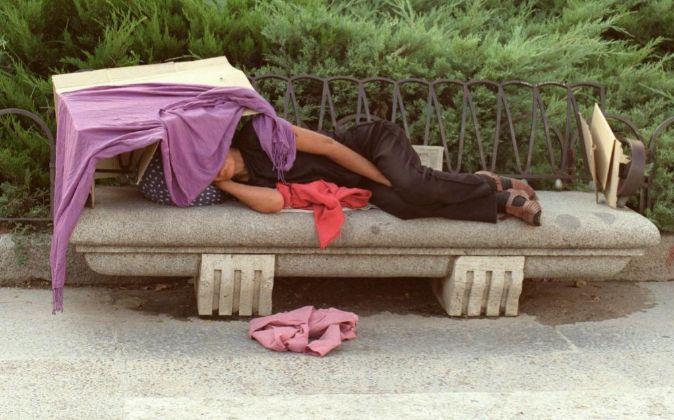 Una persona sin recursos duerme en la calle.