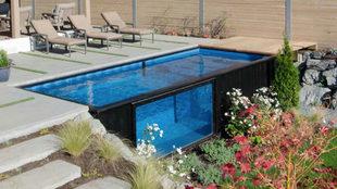 En una de las paredes de la piscina se ha añadido un cristal de...