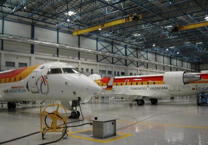 Un avión de Air Nostrum en su hangar de mantenimiento, en una imagen...