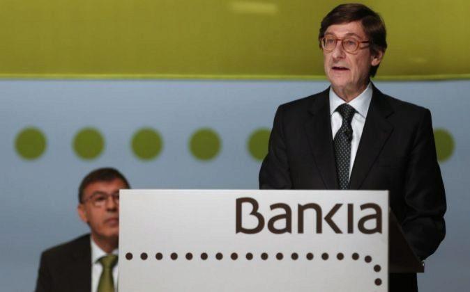 El presidente de Bankia, Jose Ignacio Goirigolzarri (2i), durante la...