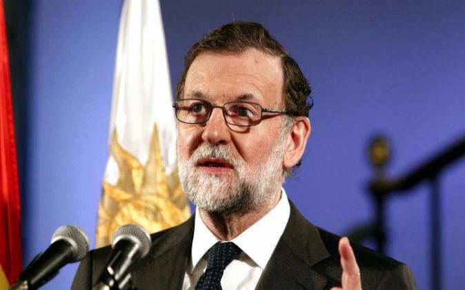 El presidente del Gobierno de España, Mariano Rajoy, ayuer durante...