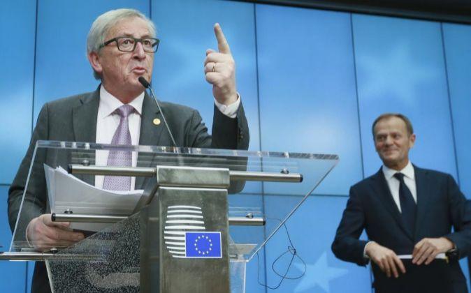 El presidente de la Comisión Europea, Jean-Claude Juncker (izq), y el...
