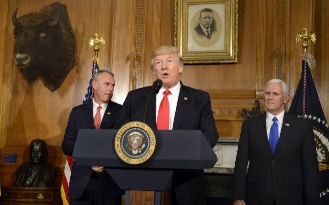 El presidente estadounidense Donald Trump (c), pronuncia su discurso...