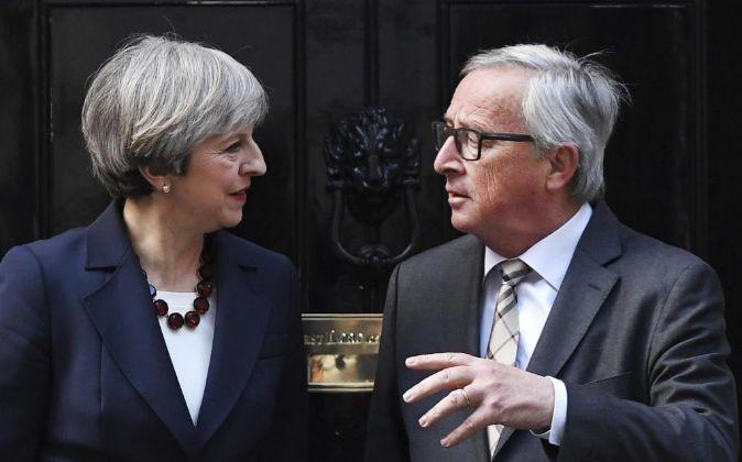 La primera ministra Theresa May (i) recibe al presidente de la...