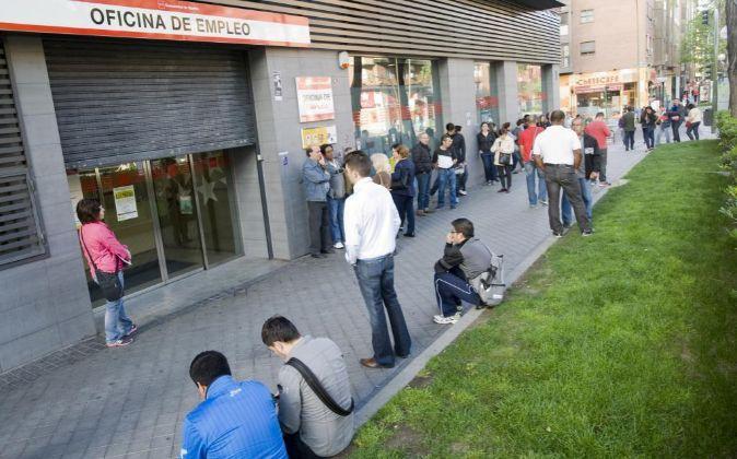 Jóvenes a las puertas de una oficina de empleo en Madrid.