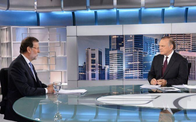 Pedro Piqueras (d) entrevista a Mariano Rajoy (i) en el plató de...