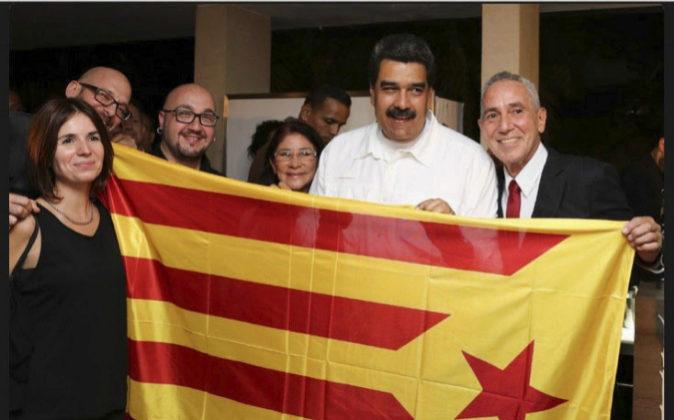 El presidente de Venezuela, Nicolás Maduro, posa junto a una...
