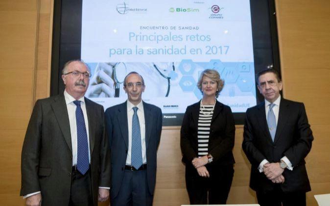 De izquierda a derecha: Carlos Lens Cabrera, subdirector general de...