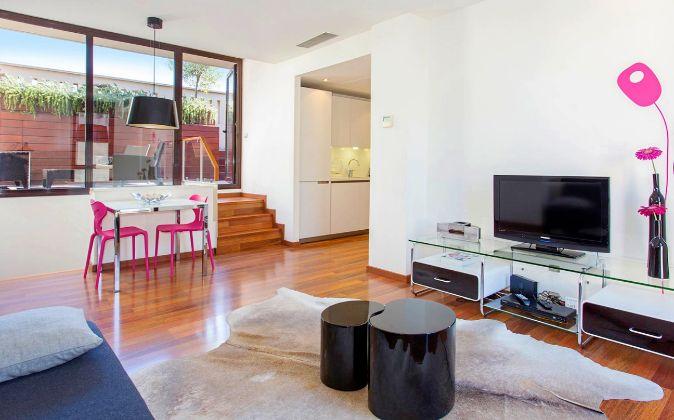 La terraza funciona como comedor de verano en este apartamento del...