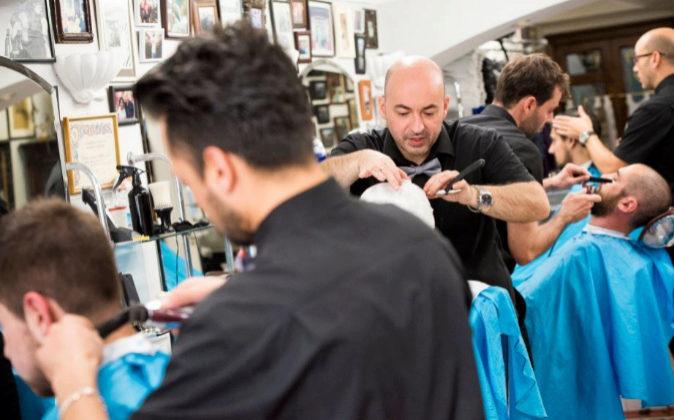 Los peluqueros de El Kinze, eligiendo el mejor estilo para el cabello...