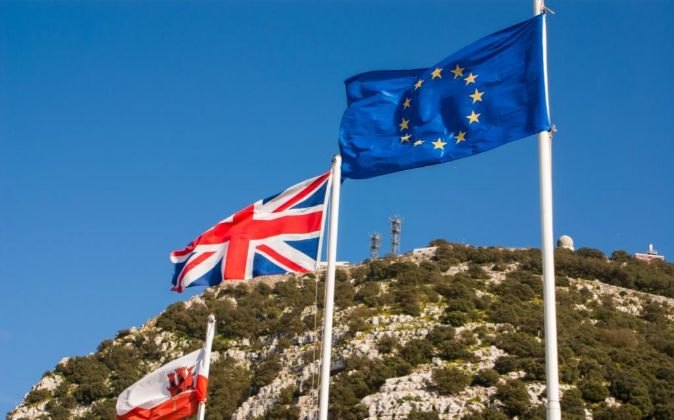 Banderas de Gibraltar, Reino Unido y la UE en el peñón.
