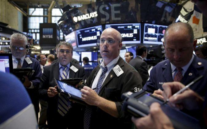 Agentes de Bolsa realizan su trabajo en el parqué de Nueva York.