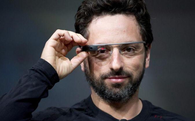 El cofundador de Google, Sergey Brin, utilizando las Google Glass.