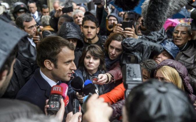 Emmanuel Macron hace unas declaraciones a los medios ayer después de...