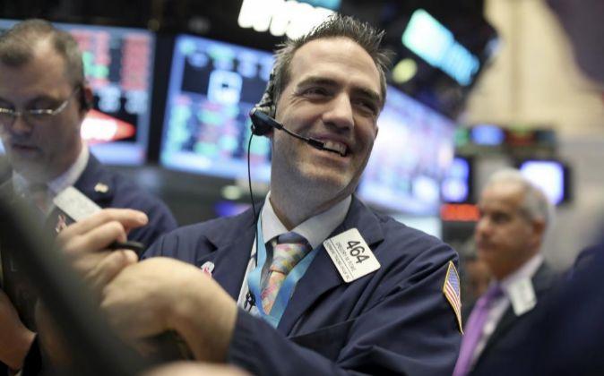 Agentes de Bolsa realizan su trabajo en el parqué de Nueva York,...