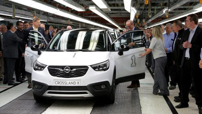 El consejero delegado de Opel, Karl-Thomas Newmann accede al primer...