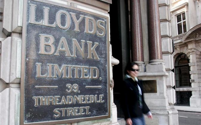 Una mujer abandona el edificio del banco Lloyds TSB en Londres (Reino...