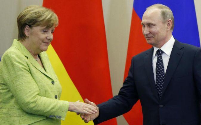 La canciller alemana, Angela Merkel y el presidente ruso, Vladimir...