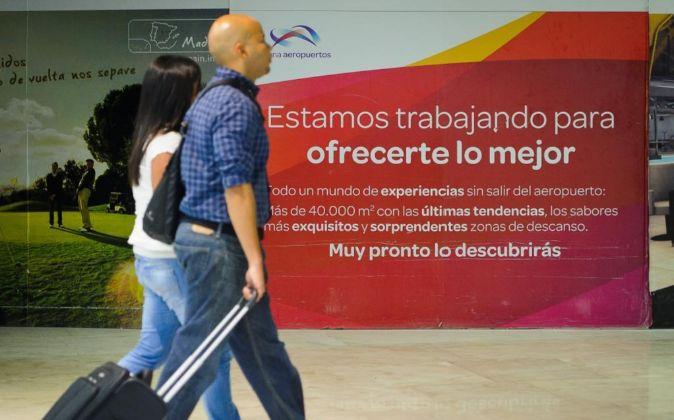 Unos viajeros en el aeropuerto de Barajas, en Madrid.