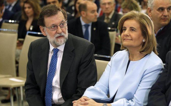 El presidente del Gobierno, Mariano Rajoy (i), junto a la ministra de...