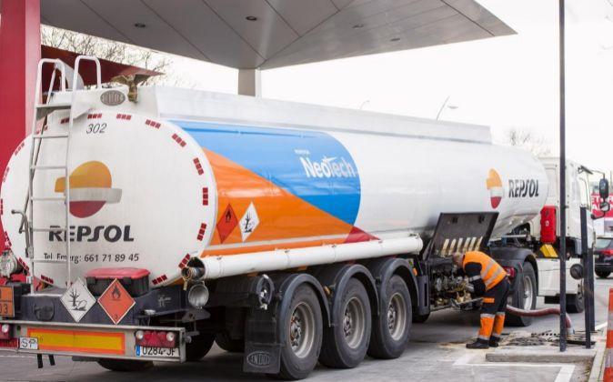Imagen de un camión cisterna descargando en una estación de servicio...