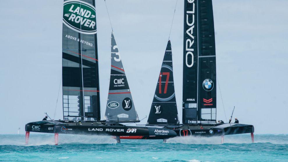 Los catamaranes AC50 del Land Rover BAR y Oracle Team USA se cruzan en...