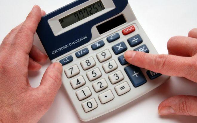 Un hombre calcula sus cifras en la Declaración de la Renta.