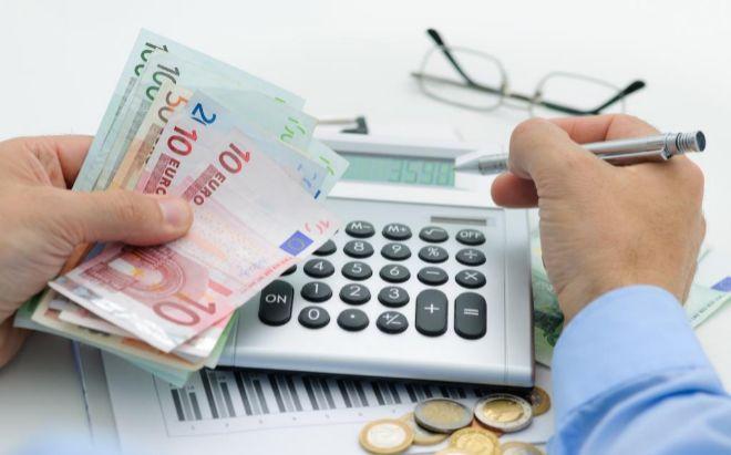 Un hombre hace cálculos mientras realiza su Declaración de la Renta.