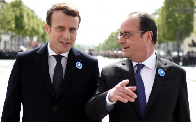 El presidente saliente francés, François Hollande (d), conversa con...