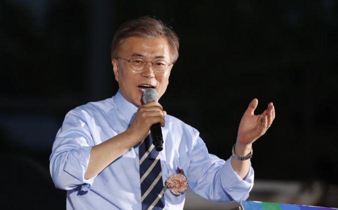 El candidato liberal a las elecciones presidenciales surcoreanas, Moon...