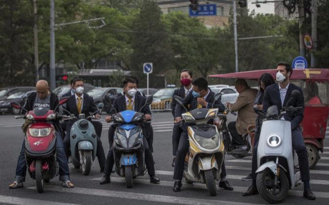 Varias personas conducen motocicletas el pasado 4 de mayo mientras...
