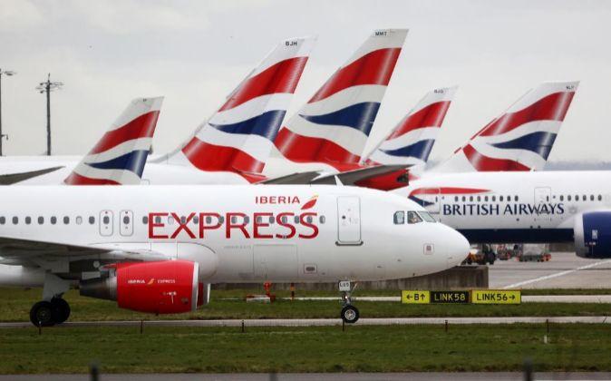 Aviones de British Airways e Iberia Express, aerolíneas de IAG, en el...