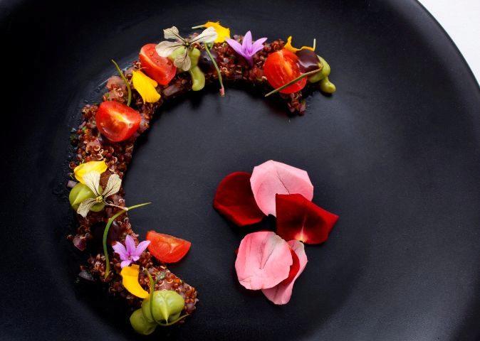 Tiara de flores del jardín Quinoa Real y aguacate; uno de los platos...