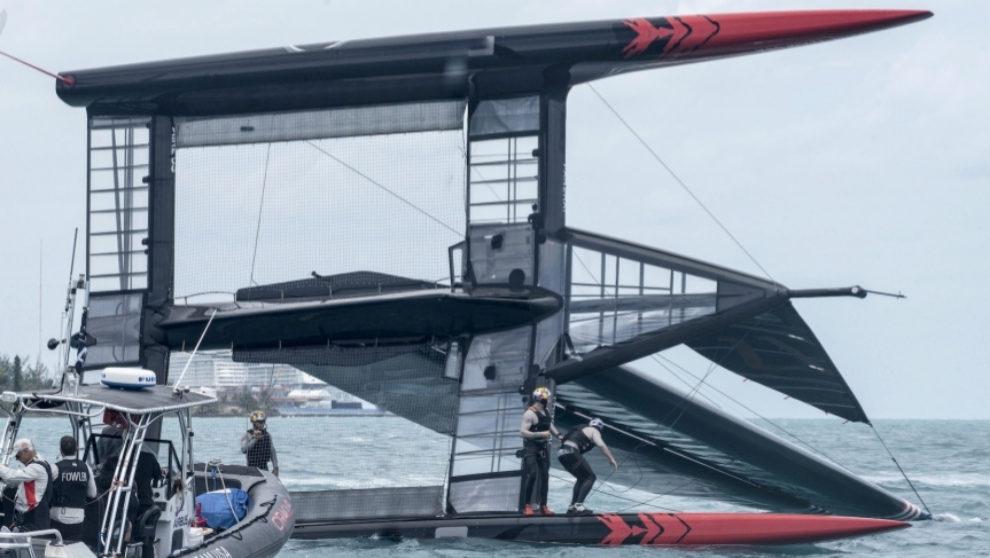 El AC50 del Oracle Team USA, tras volcar durante un entrenamiento en...