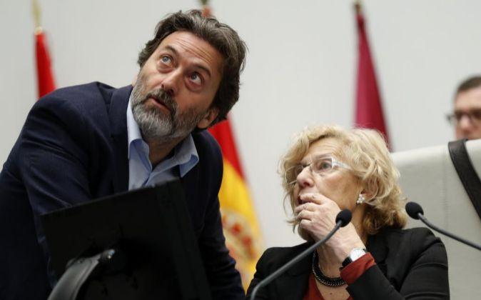 La alcaldesa de Madrid, Manuela Carmena (d), junto al tercer teniente...
