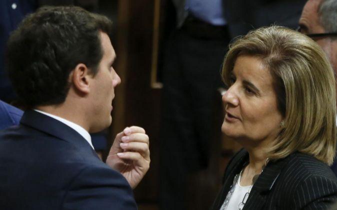 El líder de Ciudadanos, Albert Rivera,iz., y la ministra de Empleo,...