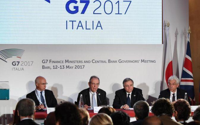 Vincenzo La Via, director general del tesoro; Pier Carlo Padoan,...