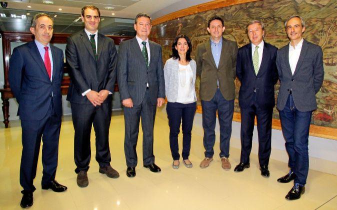 De izquierda a derecha, Santiago López, director del Área de...