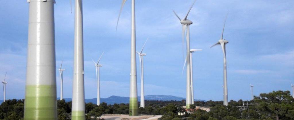 Parque eólico de Elecnor en Jarafuel (Valencia), con molinos...
