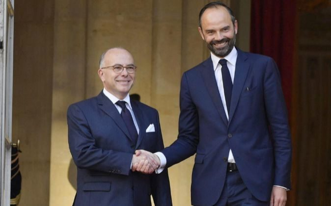 Édouard Philippe estrecha la mano de su predecesor, Bernard Cazeneuve...