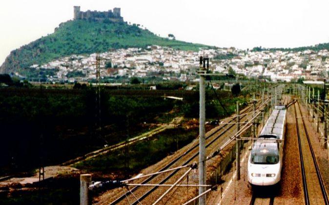 Un tren de la línea AVE que une Madrid y Sevilla, a su paso por...