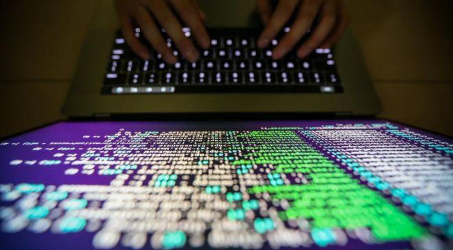 Un programador descifrando un código en Taipei.