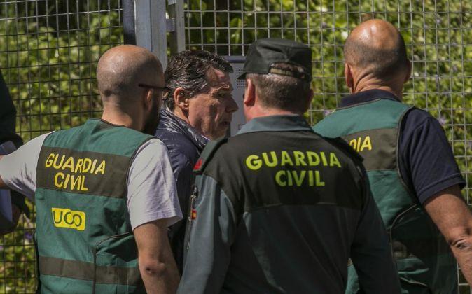 El expresidente de la Comunidad de Madrid Ignacio González rodeado...